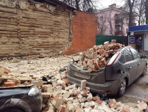 Суд обязал жительницу дома с рухнувшей стеной выплатить автовладельцам более полумиллиона рублей