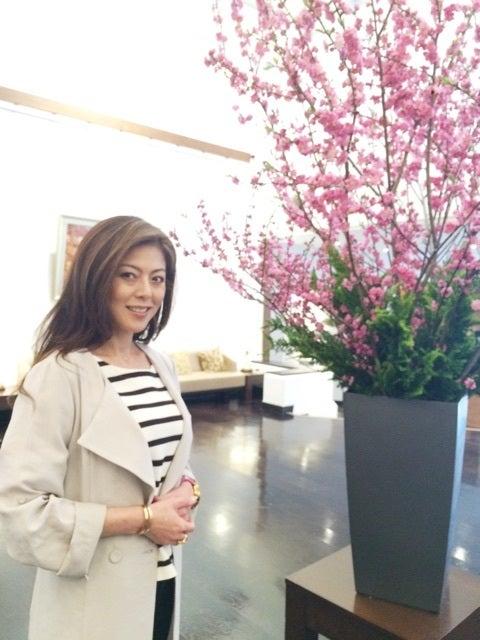 大きな花瓶に飾られた花を一緒にうつる武田久美子