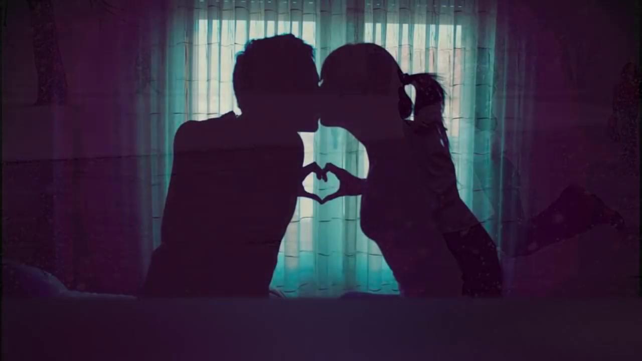 Смотреть парень целуется с девушкой на диване 24 фотография